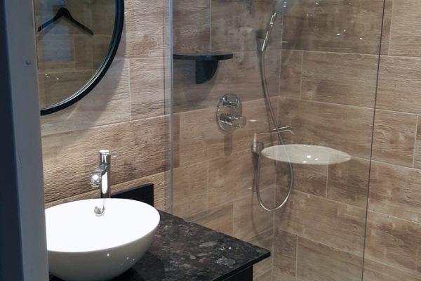 Pose de carrelage dans une salle de bain effet bois par Barbeau Carrelage, carreleur en Vendée (secteur La Roche sur Yon et Coëx)
