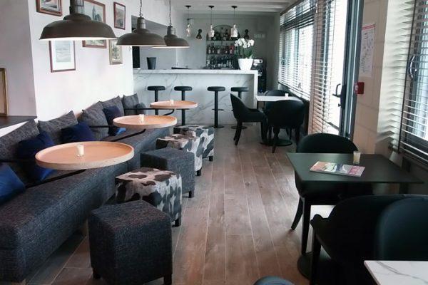 Pose de carrelage au sol effet bois dans un restaurant par Barbeau Carrelage, carreleur en Vendée (secteur La Roche sur Yon et Coëx)